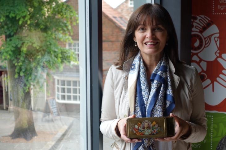 Фиона Макинтош с кутията, вдъхновила романа