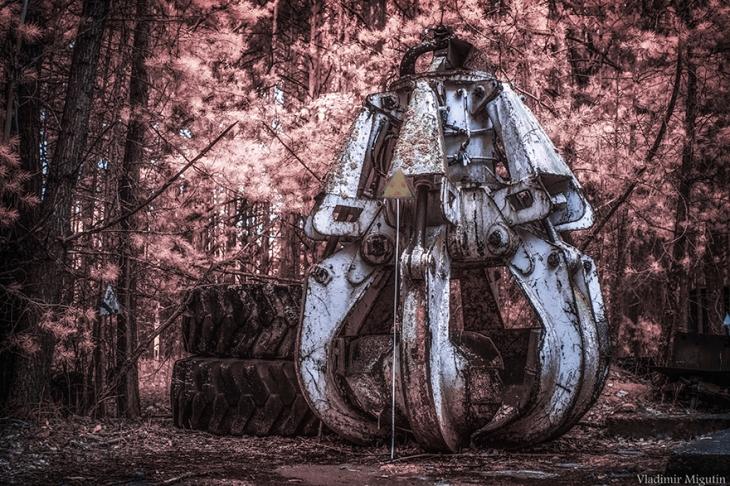 chernobyl-hpotographs-infrared-vladimir-migutin-12-5a74732300b15__880