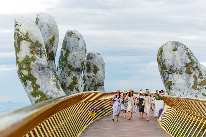 creative-design-giant-hands-bridge-ba-na-hills-vietnam-5b5ec9f26db57__700