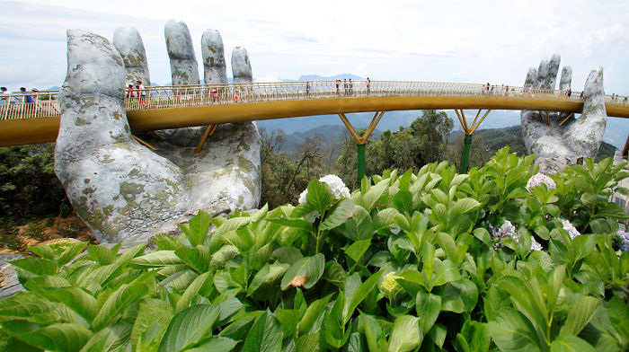 creative-design-giant-hands-bridge-ba-na-hills-vietnam-5b5ec9fe9f6d9__700